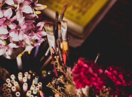 les activités : photographie de plantes avec des pinceaux au centre