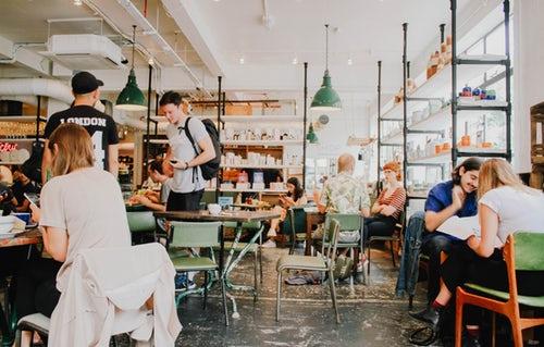 jeunes étudiants dans un café