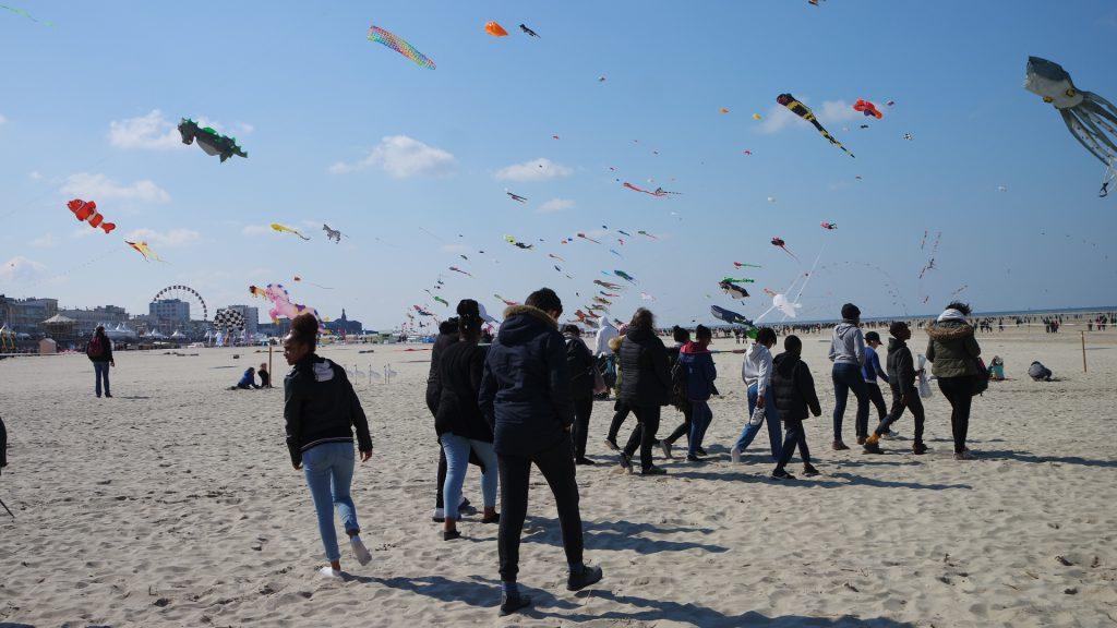 Un groupe de personnes sur une plage avec des cerfs-volants