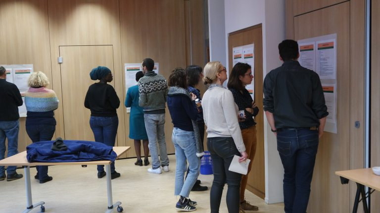 Groupe avec des personnes qui parle à la Maison Bleue à Paris