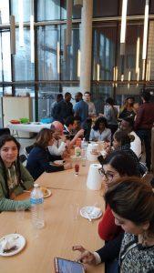 Groupe avec des personnes qui partage un moment à table